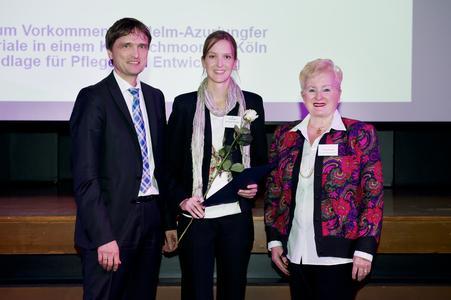 Ausgezeichnet: Manuela Thomas mit Cordis Klaudat, Dr. BaucklohStiftung, und Hochschulpräsident Prof. Dr. Andreas Bertram / Fotografin: Aileen Rogge