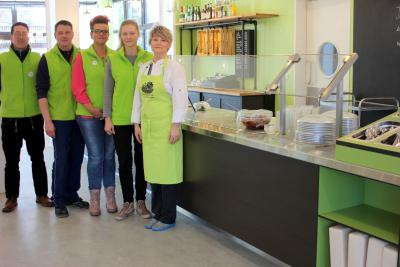 Personen auf dem Foto von links nach rechts: Feriendorfleiter Jens-Martin Krieg, Fabian Prahl, Monique König, Sylvia Huge, Carmen Busse, Foto: Feriendorf Groß Väter See