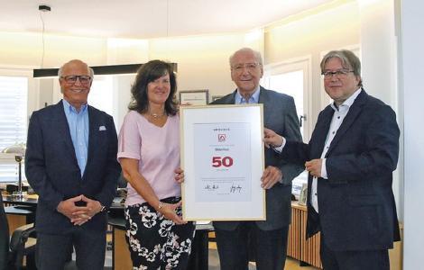 BDF-Geschäftsführer Achim Hannott (außen rechts) überreichte Hans Weber, Heidi Weber-Mühleck und Peter Liehner die Urkunde für die 50-jährige Mitgliedschaft im Bundesverband Deutscher Fertigbau