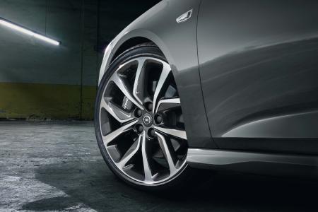 Stabil in der Spur: Für berechenbares Fahrverhalten beim neuen Opel Insignia GSi sorgen unter anderem der Allradantrieb mit Torque Vectoring, kräftig zupackende Brembo-Bremsen – und auf Wunsch erhältliche Michelin Pilot Sport 4 S-Reifen auf großen 20-Zöllern