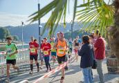 Über breite Straßen und Uferpromenade führt der von Start bis Ziel touristisch-schöne Rundkurs