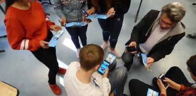 Dirk Höllerhage zeigt Schülerinnen und Schülern bei einem Schuleinsatz den Umgang mit der blu:app / Foto: BKD