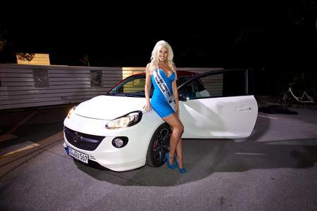 """Gaststarterin: Das """"Playmate des Jahres"""", Sarah Nowak, wird als Copilotin im Opel ADAM Cup-Vorausfahrzeug die Rallye Sulingen eröffnen"""