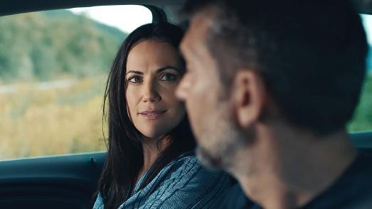 Schutzengel an Bord: Der persönliche Online- und Service-Assistent Opel OnStar gibt den MOKKA X-Fahrern Kai Wiesinger und Bettina Zimmermann ein sicheres Gefühl
