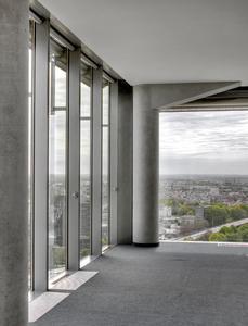 Der Ausblick aus den raumhohen Fenstern ist grandios, vor allem für schwindelfreie Menschen