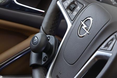 Alles sicher im Griff: Der Lenkrad-Drehknopf von Veigel Automotive erleichtert in vielen Opel-Modellen das einhändige Lenken