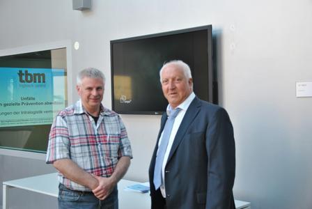 Michael Lehmann, Logistik- und Staplerausbilder (li.), ließ sich von Waldemar Marinitsch (re.) den Stand der Technik zur Kollisionsvermeidung erläutern