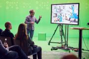Jürgen Hinterleithner, Geschäftsführer von hl-studios, präsentiert das Hybrid Studio (Foto: hl-studios, Erlangen)