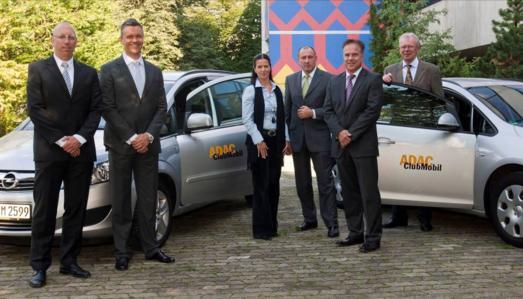 """Vor der ADAC-Zentrale in München übergab Opel-Manager Detlef Siebert symbolisch einen der 800 Opel Astra Sports Tourer und einen der 200 Opel Zafira. Die Opel-Modelle ergänzen die Clubmobil-Flotte, die die Mobilität """"gestrandeter"""" ADAC-Mitglieder sicherstellt. Auf dem Foto von links: Willy Spannbauer, Alphabet Fuhrparkmanagement, Ivica Oreskovic, Alphabet Fuhrparkmanagement, Michaela Pompe und Klaus Ruf, beide ADAC, Detlef Siebert, Opel, sowie Alois Stiegler, ADAC"""