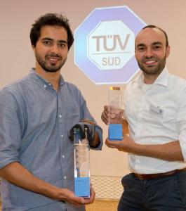 roße Freude über den Sieg (v.l.n.r.): Tarek Ouertani von der Workaround GmbH und Constantin Scheuermann vom Institut für Informatik an der TU München.