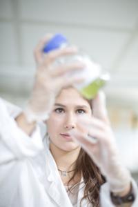 Das Arbeiten im Labor vermittelt wichtige Techniken und Methoden, die wichtig sind, um selbstständig Forschungsprojekte durchzuführen / Foto: TU Kaiserslautern