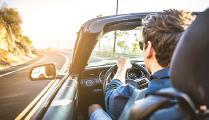 Fahrt im offenen Auto; Perspektive: von hinten in Fahrtrichtung