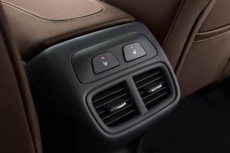 Erstklassiger Komfort in der zweiten Reihe: In Opel Astra, Grandland X und Insignia (Foto) genießen die Passagiere auf den äußeren Fondplätzen ebenfalls den Vorteil beheizbarer Sitze