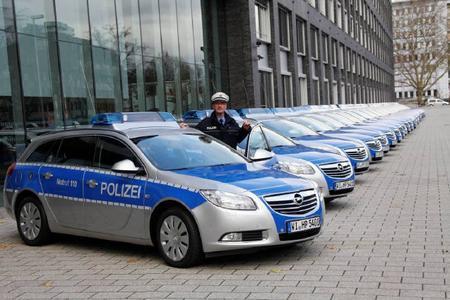 Die Polizeibehörden in Hessen und Berlin erweitern ihre Opel-Fahrzeugflotten; in Frankfurt wurden jetzt weitere hundert Insignia Sports Tourer an das Polizeipräsidium übergeben