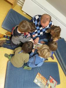 Frank Große-Wördemann von der Geschäftsstelle Betriebswirtschaft und Management der Fakultät Wirtschafts- und Sozialwissenschaften liest den Jungen und Mädchen vor