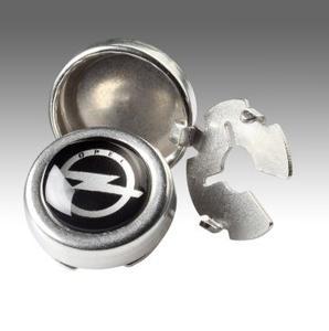 Glänzender Auftritt: Die nickelfreien Knopfmannschetten mit charakteristischem Opel-Blitz-Logo verschönern schon für 18 Euro jedes Hemd