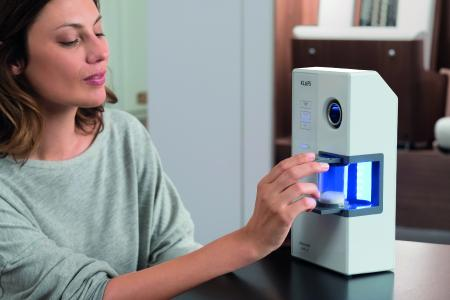 Gerade für Menschen mit Atemwegs-beschwerden gibt es die Microsalt-Anwendung. Beim Einatmen verteilen sich die feinen Salzpartikel – anders als bei herkömmlichen Salzanwendungen – über das gesamte Atemwegssystem, von der Nase in die Nebenhöhlen, den Rachenraum bis in die äußersten Lungenbereiche, und können hier schleimlösend wirken. Foto: KLAFS GmbH & Co. KG