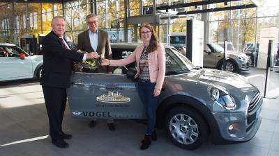 Autoübergabe an die Pfälzische Weinkönigin Meike Klohr v.l.n.r. Autohaus Geschäftsführer Udo Vogel, Pfalzwein Geschäftsführer Dr. Janik und Meike Klohr