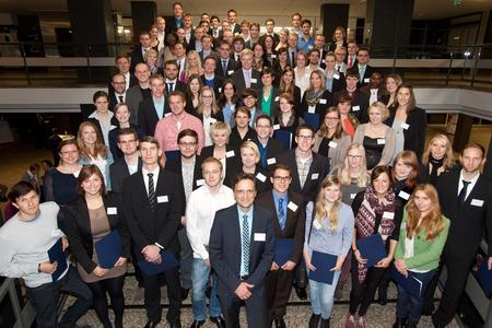 Hochschul-Präsident Prof. Dr. Andreas Bertram (erste Reihe, 5. von links) freut sich über den neuen Rekord: 118 Studierende der Hochschule Osnabrück werden im Studienjahr 2013/14 mit einem Deutschlandstipendium gefördert.
