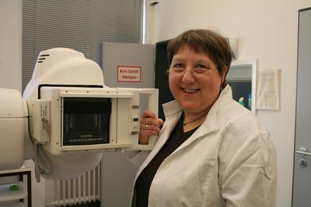 Leitet die Tuberkulose-Beratungsstelle der Region Hannover: Helga Heykes-Uden, Fachärztin für Pneumologie, Allergologie und Umweltmedizin, am Röntgengerät