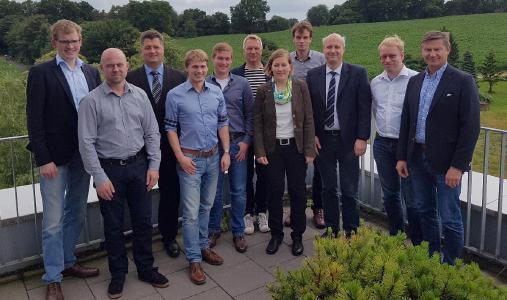 """An der Hochschule Osnabrück trafen sich Wissenschaftler der Hochschule um Prof. Dr. Heiko Tapken (3. von links) mit Vertretern der beteiligten Unternehmen sowie Nicola Jathe vom Projektträger der Bundesanstalt für Landwirtschaft und Ernährung zum Auftakt des Forschungsvorhabens """"OPeRAte"""""""