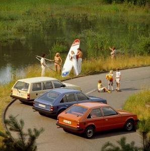 Kadett D (1979 – 1984) - Der Kadett D von 1979 ist das erste Modell von Opel mit Frontantrieb. Eine Limousinen-Variante gibt es diesmal nicht. Das Modellangebot umfasst fünf- und dreitürige Schrägheckversionen sowie einen Caravan. Bis 1984 werden insgesamt 2,1 Millionen Einheiten produziert