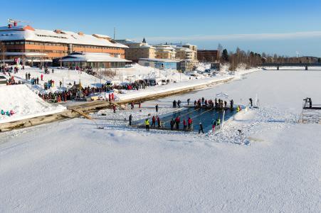 Eiskalt eingetaucht in Schwedisch Lappland / (c) Ted Logardt