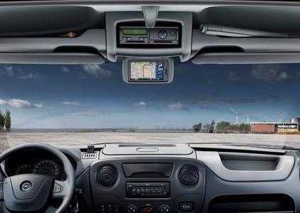 Der Opel Movano, vielseitig einsetzbarer und äußerst erfolgreicher Transporter im Segment der leichten Nutzfahrzeuge, präsentiert sich dank zahlreicher Verbesserungen auf der Motorenseite und bei den Onboard-Infotainmentsystemen jetzt noch verbrauchseffizienter, sicherer und komfortabler. Für den großen Teil der Nutzfahrzeugkunden, die den Arbeitstag mit ihrem Fahrzeug verbringen, eignet sich der Movano nun noch besser als mobiles Büro. Um Komfort und Sicherheit entscheidend voranzutreiben, verfügen alle Infotainmentsysteme im Movano über Bluetooth und USB-Anschluss.