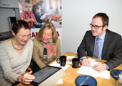(Foto: HJKrieg, Erlangen): Sozial-Bürgermeisterin Dr. Elisabeth Preuß, Ute Hischfelder und Oberbürgermeister Dr. Florian Janik