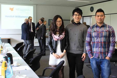 Die chinesische Studierende Xiao Yue (links) stellte ihren Studiengang LOGinCHINA vor. Ihre Kommilitonen Jiang Shutong (mitte) und Pan Dongdong berichteten von ihren Erfahrungen als chinesische Studierende an der Hochschule Osnabrück