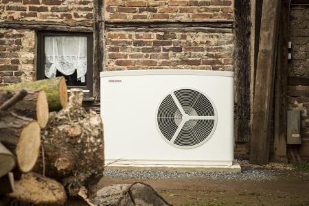 Effiziente moderne Luft-Wasser-Wärmepumpen wie hier die WPL 25 von STIEBEL ELTRON können auch alte Gebäude problemlos beheizen