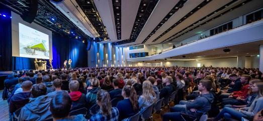 Mit einer großen Willkommensfeier hat die Hochschule Osnabrück jetzt ihre Erstsemester in der OsnabrückHal-le begrüßt. Foto: Hochschule Osnabrück