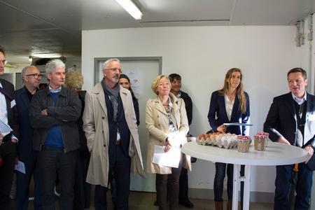 Prof. Dr. Robby Andersson (re.) erläutert die Forschungsaktivitäten im Bereich Legehennen (Fotos: GB Kommunikation der Hochschule Osnabrück)