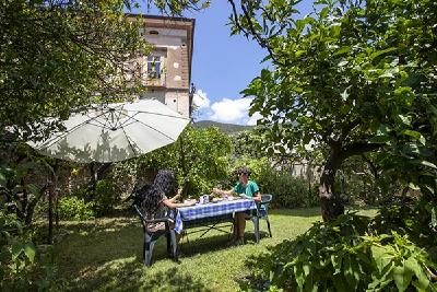 Frühstück unter Zitronenbäumen.