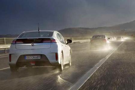 Opel Ampera Elektrofahrzeug mit verlängerter Reichweite besteht erfolgreich ersten Langstreckentest.
