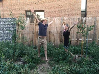 Cathrin Nieling und Dirk Müller in Ihrem bienenfreundlich umge-stalteten Garten / © Nieling/Müller