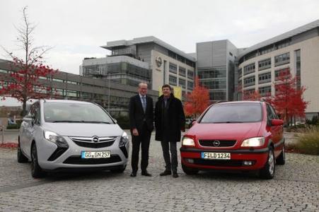 Schwere Entscheidung: Opel Zafira Fahrer Andreas Schild (rechts) überlegt zusammen mit Opel Chef Dr. Neumann (links) ob er seinen geliebten, magma roten Dauerläufer nun gegen einen neuen Zafira Tourer eintauschen, oder die nächste halbe Million Kilometer mit dem alten angehen soll