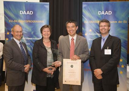 Freut sich über die Auszeichnung des DAAD: Prof. Dr. Johannes Hirata von der Hochschule Osnabrück (2.v.r.) mit Adam Tyson von der Europäischen Kommission (l.), Dr. Dorothea Rüland, Generalsekretärin des DAAD (2.v.l.) und Christian Stertz vom Bundesministerium für Bildung und Forschung (r.)