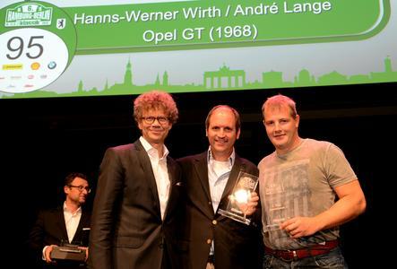 Pokalübergabe für den zweiten Platz in der Gesamtwertung durch Auto Bild Chefredakteur Bernd Wieland an Hanns-Werner Wirth und André Lange (von links) © GM Company