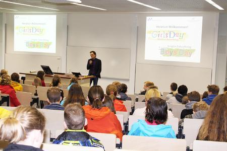Voller Hörsaal bei der Begrüßung zum Girls' Day und Boys' Day durch Hochschul-Präsident Prof. Dr. Andreas Bertram