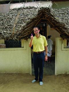 Buchautor Oliver Drewes vor einer Palmblattbibliothek in Indien, wohin er Interessierte zu individuellen Schicksalslesungen begleitet.