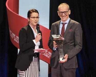 """Best Cars 2017: Birgit Priemer, Stellvertretende Chefredakteurin von auto motor und sport, überreicht Opel CEO Dr. Karl-Thomas Neumann den """"International Paul Pietsch Award"""" für die innovative Technik des Elektroautos Ampera-e"""