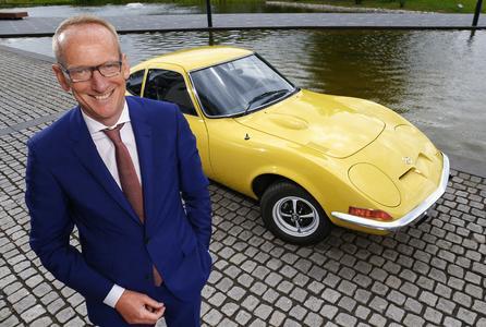 Starkes Team: Opel-Chef Dr. Karl-Thomas Neumann startet mit seinem privaten GT 1900 bei der Oldtimer-Rallye Hamburg-Berlin-Klassik