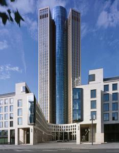 """Der Tower 185 ist ein """"Green Building"""", das dokumentierte bereits in der Planungsphase das Vorzertifikat der Deutschen Gesellschaft für nachhaltiges Bauen (DGNB). Nach Abschluss der Arbeiten Ende 2011 erhielt das Bürogebäude zusätzlich eine Zertifizierung des internationalen Gütesiegels """"Leadership in Energy and Environmental Design"""" (LEED) in Gold"""