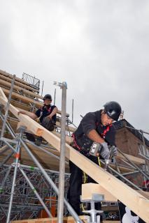 Beruf mit Zukunft: Maschinen erleichtern die Arbeit – aber sie können Dachdecker nie ersetzen.