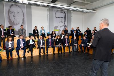 Beim Bildungspanel der IJF erörterten Vertreter aus Bildung, Forschung, Wirtschaft und Politik Erfordernisse, Chancen und Herausforderungen nachhaltiger MINT-Bildung. Dr. Gunther Schunk (re.), Kommunikationschef von Vogel Business Media, begrüßte die hochkarätigen Gäste im Namen der Vogel Stiftung in der Vogel Gründerwerkstatt / Foto: IJF/Andreas Grasser