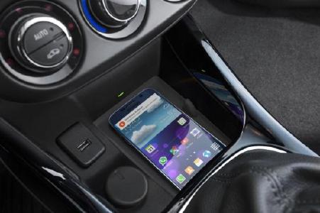 Saubere Lösung: Ohne Kabelgewirr einfach laden – das funktioniert bei kompatiblen Mobiltelefonen mit der nun ausgezeichneten Wireless Charging-Möglichkeit im Opel ADAM