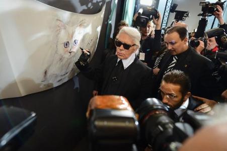 """Blitzlichtgewitter: Ausnahme-Designer Karl Lagerfeld eröffnete unter großem Medieninteresse die Vernissage """"Corsa Karl und Choupette"""" im Palazzo Italia in Berlin"""