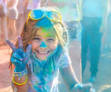 """Das weltbekannte Holi Festival in Indien, das """"Frühlingsfest der Farben"""", ist Ziel einer völlig neuen Gruppenreise mit Bavaria Fernreisen. Die maximal 15 Gäste wohnen dabei nicht nur in exklusiven Hotels und Heritage-Häusern, sondern gehen gemeinsam auf Tiger-Safari im Nationalpark, erkunden Dehli per Fahrrad-Rikscha oder essen landestypisch bei indischen Familien"""