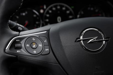 Wohlig warme Hände: Das Gros der Opel-Pkw bietet ein beheizbares Lenkrad. In weniger als einer Minute werden so die Finger erwärmt